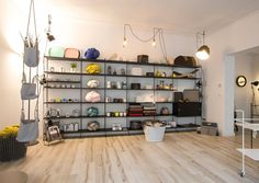 Schlichtes Design ist der Fokus von Einrichtungsexperte Christian Mitterer. In der Salzburger Einrichtungsmeile Neutorgasse eröffnete der gebürtige Tiroler seinen zweiten Shop. Shops, The Unit, Shelves, Shopping, Design, Home Decor, Shelving, Tents, Shelving Units