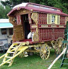 English Gypsy caravan, Gypsy wagon, Gypsy waggon and vardo: John Pockett at Stow Fair and Appleby Fair 2009 Gypsy Trailer, Gypsy Caravan, Gypsy Wagon, Chicken Coop Decor, Gypsy Home, Gypsy Wedding, Gypsy Living, Shepherds Hut, Little Houses