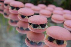 Macarons com Mirtilo ::: #atteliededoces #docesfinos #carolinadarosci #casamento #sobremesa #docinhos #docesgourmets #mesadedoces #artesanal #macarons #mirtilo