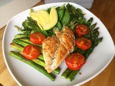 Gesunde Ernährung muss nicht langweilig sein! Das Rezept ist einfach: Hähnchen mit gebratenem Spinat und Tomaten, dazu Feldsalat mit Avocado
