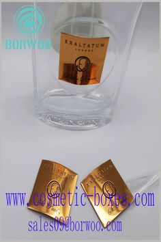 High-end gold foil labels for perfume bottles. The customized label adopts the protruding printing process to increase the value of the product. Blister Packaging, Perfume Packaging, Bottle Packaging, Print Packaging, Packaging Design, Cosmetic Labels, Cosmetic Box, Cosmetic Packaging, Cardboard Boxes With Lids
