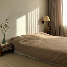 "@ by j on Instagram: ""감기가 쉽게 안 낮네. 그래도 청소는 샤샤샥🧹 포그니 러그도 있으니 침대 밖으로 더 나가기 힘들.. 어느덧 11월 마지막 날🙊 . . @jujiwife 로플랑러그 오늘 오픈 하신대요💌 . #굿모닝#침실#로플랑러그#주지아내#이씨라메종…"" Comfy Bedroom, Dream Bedroom, Bedroom Decor, Decoration Inspiration, Room Inspiration, Decor Ideas, Cosy Room, Minimalist Room, Shop Interiors"