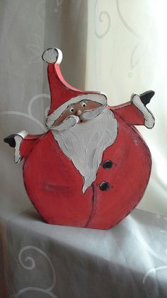 Ein kleiner süßer  Nikolaus  -da fragt man sich ,ob der wohl die Süßigkeiten jemals an die Kinder verteilt hat ....    Eine witzige Deko für die Advent- und Weihnachtszeit.  Er besticht einfach...