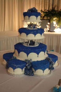 En azul con blanco y una linda decoración con una base de 3 capas.
