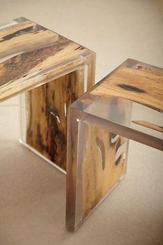 Mesas e bancos unem a madeira ao acrílico e ao metal numa criação com linhas geométricas.