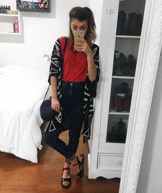 yaah_Pra começar o #7lookschallenge vermelho eu escolhi uma peça que está na família há 3 gerações! Essa camiseta já foi da minha mãe, da minha vó, e quando ela ia doar eu peguei pra mim. Sempre adorei o corte dela, que é mais retinho, e a estampa desbotada (que provavelmente nem sempre foi assim!). Combinei com esse cardigan que eu não usava há muito tempo, calça jeans de cintura alta e sandalinha 7 looks challenge yasmim fassbinder
