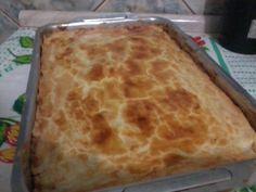 Massa:  - 8 xícaras de trigo  - 200g de margarina  - 4 ovos  - 1/2 xícara de óleo  - 100 g de queijo ralado  - Sal e tempero a gosto  - Recheio:  - 1 kg de peito de frango  - 2 tomates maduros  - 1 cebola rocha  - 3 dentes de alho  - 1/2 pimentão  - 2 cubos de caldo knorr galinha  - 3 colheres de chá de azeite  - Sal e pimenta a gosto  - 1 lata de milho verde  - 500 g de catupiry  - 250 g de mussarela  - 1 gema  -