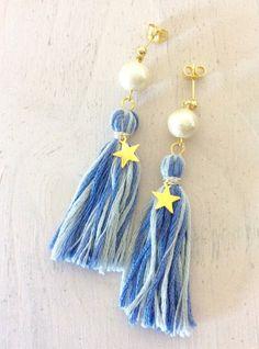 コットンパールを使用したタッセルピアスです。ゆらゆらとタッセルが揺れる感じもとても可愛いです。ポイントに星のチャームを付けております。刺繍糸を使用しているので軽くて着け心地も良いです。[サイズ]長さ、5.5cm