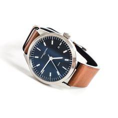 Ein echtes Zürcher Original, die Uhr Modell L1 der Marke Maurice de Mauriac entworfen von Fabian Schwaerzler. Ausgestattet ist das Modell L1 mit einem automatischen Schweizer Werk, umgeben von einem Edelstahlgehäuse. Beidseitig entspiegeltes Saphirglas und ein hellbraunes Barienaband runden das schöne Desgin ab.