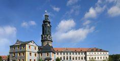 Weimar (Thüringen): Weimar ist eine kreisfreie Stadt in Thüringen in Deutschland, die vor allem für ihr kulturelles Erbe bekannt ist. Weimar liegt an einem Bogen der Ilm südöstlich des Ettersberges, des mit 478 Metern höchsten Berges im Thüringer Becken. Die Stadt ist nach Erfurt, Jena und Gera die viertgrößte Thüringens und liegt etwa auf halbem Wege zwischen Erfurt im Westen und Jena im Osten.  Weimar ist ein Mittelzentrum, das zum Teil Funktionen eines Oberzentrums erfüllt und seit 2004…