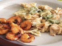 Tortellini tricolori com molho de ervas finas e camarões