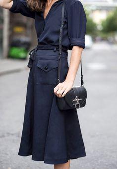 Jupe 7/8 bleu marine + chemise fluide + petit sac noir + ceinture cordelette = le bon mix (blog Make It Last)