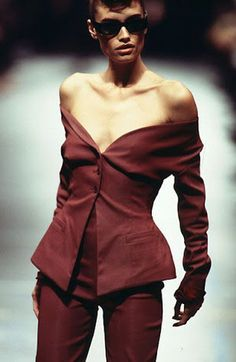 v romeo gigli ss 1996 Fashion Walk, 90s Fashion, Retro Fashion, Runway Fashion, Fashion Brands, High Fashion, Winter Fashion, Fashion Show, Vintage Fashion