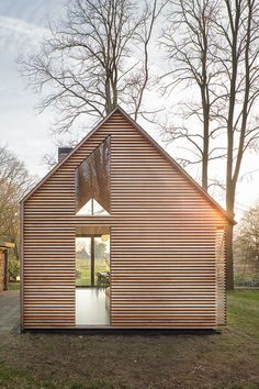 Une chouette mini-maison, toute lumineuse et présentée dans sa robe d'automne! Parfait à présenter une journée comme aujourd'hui. Il s'agit d'une conception architecturale de Zecc Architecten et de Roel van Norel pour le design d'intérieur. Principalement conçue en chêne et cèdre et d'autres matériaux naturels, cette maison au toit asymétrique s'intègre bien à la nature environnante. Un côté de la maison sert pour la cuisine et la salle à manger, et l'autre pour la chambre et la salle...