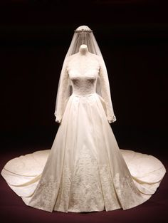 kate middleton's wedding dress on display at buckingham palace