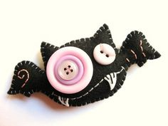 Funny felt bat Halloween decorations-- felt and buttons, craft for kids. Halloween Ornaments, Felt Ornaments, Holidays Halloween, Halloween Crafts, Halloween Decorations, Halloween Images, Homemade Halloween, Felt Crafts, Fabric Crafts