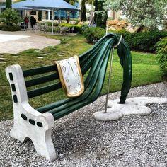 """banco de plaza en San Petesburgo homenajeando """"La persistencia de la memoria """" de Salvador Dalí."""