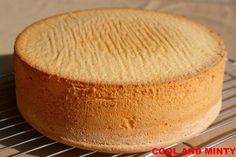 Zobacz zdjęcie Biszkopt pieczony według tego przepisu jest genialny Aby osiągnąć taki efekt wystarczy część mąki pszennej zastąpić ziemniaczaną ( co znacznie zmniejszy zawartość glutenu w cieście i spowoduje, że będzie ono miało bardziej delikatną strukturę) i zrezygnować z dodatku proszku do pieczenia (dzięki temu biszkopt nie opadnie po upieczeniu). Zarówno w wersji jasnej jak i kakaowej(wystarczy 2-3 łyżki mąki pszennej zastąpić kakao) BISZKOPT stanowi świetną podstawę tortów, a także…