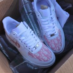 Dior pink edition- 'Liv's world Dior Sneakers, Sneakers Fashion, Fashion Shoes, Sneakers Nike, Fashion Scarves, Fashion Jewelry, Fashion 60s, Club Fashion, Vintage Fashion