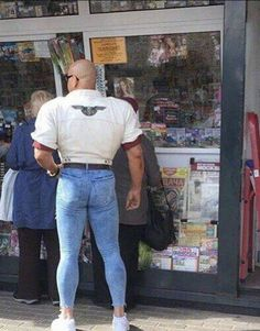 if he gets his girlfriend& jeans. - … if he gets his girlfriend& jeans. Fashion Fail, Weird Fashion, Funny Texts, Funny Jokes, Hilarious, Epic Texts, Memes Humor, Epic Fail Pictures, Funny Pictures