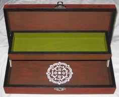 Caixa de Energias - Vista frontal do interior, com uma prateleira e uma mandala pintada