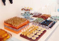 distribuição de salgados e doces na mesa