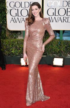 Anne Hathaway in Armani Prive at the 2011 Golden Globe Awards Celebrity Outfits, Celebrity Style, Anne Hathaway Style, Dinner Gowns, Hollywood Fashion, Red Carpet Looks, Red Carpet Dresses, Gold Dress, Red Carpet Fashion