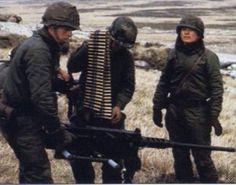 Soldados del BIM5 preparando una ametralladora M2HD en Monte Tumbledown. La ametralladora pesada M2HB Browning .50 (cal.12.7mm).