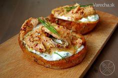 Skvelý marinovaný losos s kyslou smotanou na opečenom chrumkavom toaste. Luxusné  raňajky z pomerne ľahko  dostupných a nie drahých surovín. Nie sú to asi raňajky na každý deň, no raz za čas...