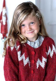 Der er ikke noget, der er mere vinterligt og hyggeligt end tweedgarnet, så denne pigetrøje er selvfølgelig lavet i dette.