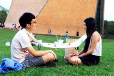 napkin portable dining table for two encourages friends to eat together - designboom | architecture