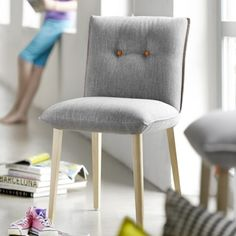 Le style scandinave s'invite dans nos intérieurs!  Optez pour des bois clair, des tons pastel et des motifs rétro pour créerune ambiance toute en douceur et pleine de sérénité...  Découvrez cette nouvelle collection de chaises, fauteuils et banquettes, entièrement modulable et customisable ( voir les tissus et coloris en magasin)
