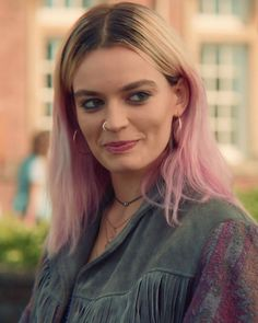 Signs that you're Maeve Wiley from Sex Education Pretty People, Beautiful People, Woman Crush, Pink Hair, Girl Crushes, Hair Color, Celebs, Actresses, Hair Styles