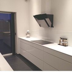 @jannie_schlosser cool white Mano by Kvik kitchen at night #kvik #manobykvik #kitchenatnight #whitekitchen #kitchen #keuken #kök #kjøkken #køkken #keittiö #cuisine