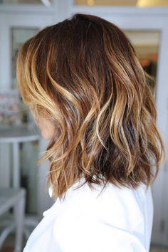 Blond cendré, polaire, californien, gris ou roux, le balayage cheveux se plie aux tendances de mode.
