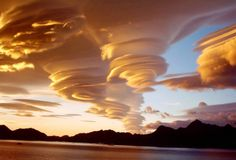 amazing natural phenomena that are seemingly impossible Lenticular clouds These clouds in northern Georgia, USA are a rare natural phenomenon.Lenticular clouds These clouds in northern Georgia, USA are a rare natural phenomenon. Beautiful Sky, Beautiful World, Beautiful Places, Simply Beautiful, South Georgia Island, Georgia Islands, Lenticular Clouds, Dame Nature, Wild Weather