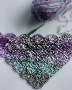 Crochet pattern for a triangular scarf. Instructions in crochet script. Can be used in any … - Knitting and Crochet Crochet Triangle, Crochet Motifs, Crochet Stitches Patterns, Crochet Poncho, Crochet Scarves, Knitting Patterns, Butterfly Stitches, Crochet Butterfly, Mode Crochet