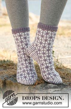 "Stickade DROPS-sockor med mönster i ""Karisma"" ~ DROPS Design"