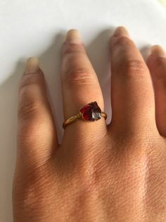 Regalo para la madre. Anillo de Piedra de Nacimiento de Enero ⋆ www.blwbebe.com Non Traditional Wedding Ring, Valentine's Day Rings, Mothers Day Rings, January Birthstone Rings, Garnet And Gold, Rings For Her, Alternative Engagement Rings, Garnet Rings, Boho Rings