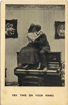 Beso sobre piano
