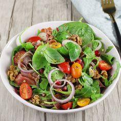Super przepis na niezwykłą, jesienną sałatkę z szynką dojrzewającą, orzechami włoskimi i granatem. To świetny pomysł na lekki obiad lub sałatkę na kolację. Szybka i kolorowa sałatka z dressingiem miodowym. Caprese Salad, Cobb Salad, Healthy Cooking, Spinach, Food And Drink, Pizza, Chicken, Meat, Vegetables