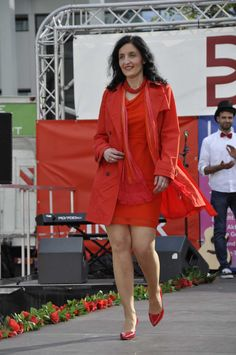 """Jelena Kiefer erschien als """"Lady in Red"""". Die kräftigen und leuchtenden #Rot-Töne stehen ihr sehr gut. Das taillierte Kleid mit Wasserfallkragen bringt ihre Figur sehr schön zur Geltung. Ein andersfarbiger #Trenchcoat würde den Wow!-Effekt Ihres roten Kleides und der Schuhe noch verstärken. Bei dieser Kombination ist eine Tasche ein Muss. #Reutlingen #LadiesDay #Shopping #Lady"""