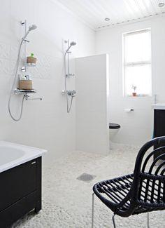 Kylpyhuoneen laattalattia on yksi taidonnäyte Riikka-Marin suunnittelusta. Värisilmän Laattastudioiden lattiakivi on haastava pitää puhtaana, mutta sen terapeuttisen hierova vaikutus jalkapohjassa ja Välimeren rannoista muistuttava olemus päihittävät vaivan. Suihkun alle on valittu hieman helpommin puhdistettava laatta. Tuoli Sian, suihku Damixan ja amme Svedbergin. Koti, Bathtub, Bathroom, Bath Tube, Tubs, Bathing, Soaker Tub, Tub
