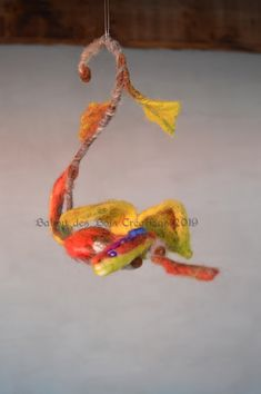 un dragon tout en couleur , en laine feutrée , mobile pour chambre Dragons, Crochet Earrings, Wool Felt, Bedroom, Everything, Color, Kites