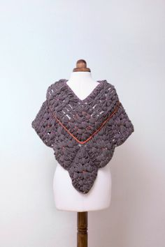 Loom poncho, for more languages click… Loom Knitting, Knit Crochet, Butterfly, Wool, Crafts, Fashion, Tricot, Scrappy Quilts, Weaving Looms
