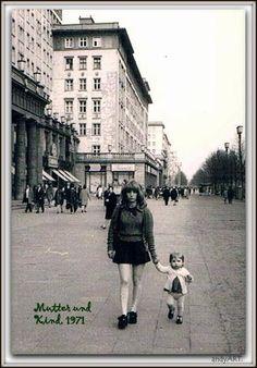 Ein Spaziergang auf der Karl-Marx-Allee im Jahr 1971. Großen Dank an Andreas Hennig, der uns aus seinem Bildarchiv immer wieder neue Schätze zutage fördert.