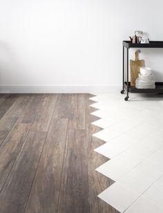 KARWEI | Ben je niet zo'n rechtlijnig type? Laat de overgang van het laminaat in de woonkamer naar de tegelvloer in de keuken dan maar duidelijk zien. Door het diagonale patroon van de tegels door te laten lopen in het hout, krijg je een speels effect.