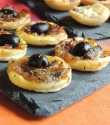 An idea to present in mini version for aperitif, mini tartlets with caramelized onions and anchovies, pissaladière style. Only regret, not having done more, these small bites leave like hotcakes! For about twenty mini … Tapas, Mini Tartlets, Easy Cooking, Cooking Recipes, Fingers Food, Vol Au Vent, Appetizers For Party, Quiche, Food Inspiration