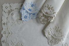 Individuais, guardanapos e centros de mesa em linho bordados com richelieu, cavacas, bastidos, garanitos e ponto corda.