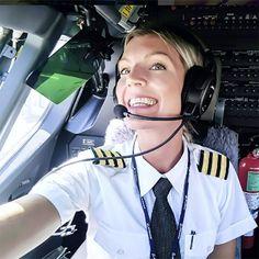 ¿La piloto más sexi del mundo?: Una aviadora sueca causa furor..